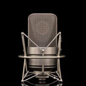 Kondensatormikrofon vor schwarzem Hintergrund